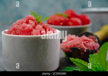 Melon d'eau maison Granita sur fond clair et agréable, foyer sélectif