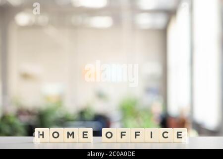 cubes blancs avec lettrage bureau à domicile sur bureau blanc