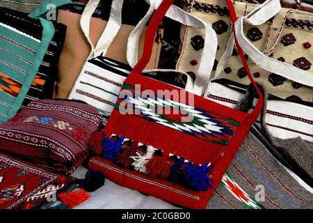 Objets de bazar oriental - sacs décoratifs faits main. Turkménistan. Marché Ashkhabad.