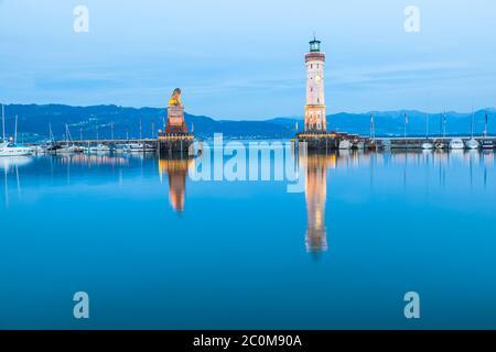Vue nocturne du phare au port de Lindau, lac de Constance en Allemagne. Bodensee. Banque D'Images