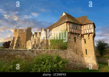 La tour nord à colombages construite dans les années 1280, le plus beau manoir médiéval fortifié d'Angleterre, le château de Stokesay, Shropshire, Angleterre