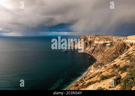 Falaise rocheuse contre le ciel orageux au bord de la mer. Paysage sur la rive rocheuse du Fiolent en Crimée. Tempête approchant le brouillard et le ciel gris avec un