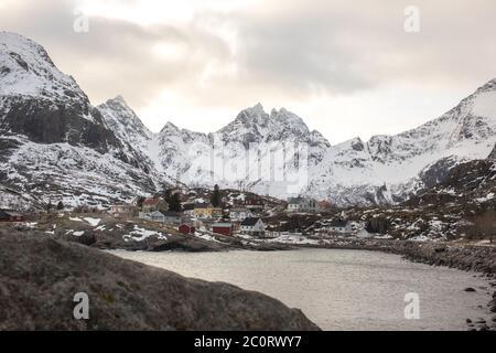Un petit village arctique à Lofoten.