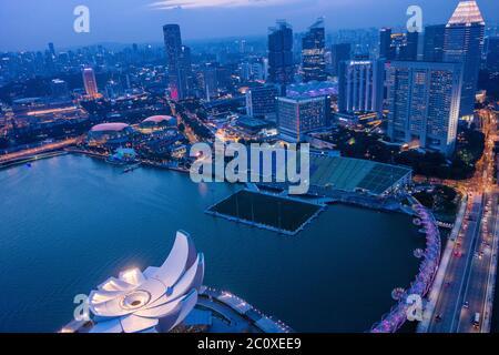 Vue aérienne nocturne sur les gratte-ciel du centre-ville de Singapour depuis la terrasse du Marina Bay Sands Hotel. Singapour Banque D'Images