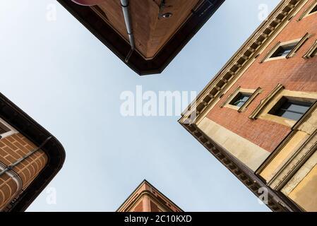 Vue à angle bas sur les bâtiments traditionnels du quartier résidentiel de Malasaña à Madrid, Espagne.