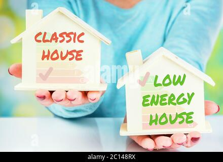 Comparaison concept house et maison basse consommation avec cote d'efficacité énergétique Banque D'Images