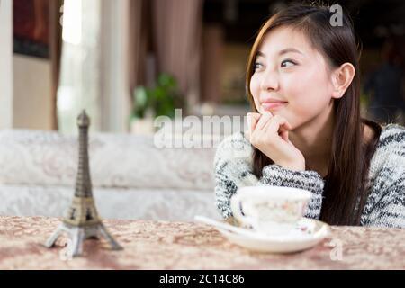 une jeune femme est assise dans un café Banque D'Images