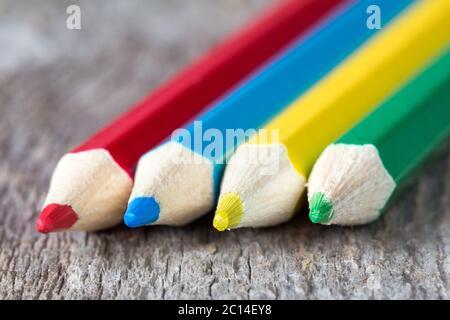 Gros plan de quatre crayons de couleur Banque D'Images