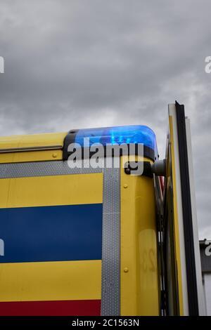 Véhicule d'ambulance avec lumière bleue d'urgence sur le ciel couvert Banque D'Images