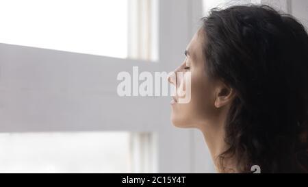 Gros plan attentif femme réfléchie avec les yeux fermés méditant