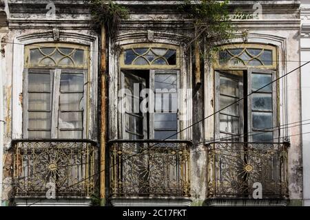 Fenêtres dans une façade en ruines de la maison à Cachoeira, une ville coloniale à Bahia, Brésil Banque D'Images