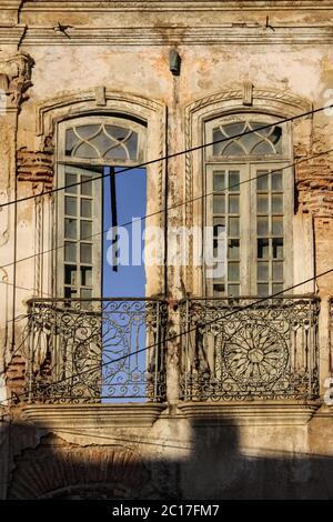 Vue sur les portes, les fenêtres dans une façade en ruines de la maison à Cachoeira, une ville coloniale à Bahia, Brésil Banque D'Images