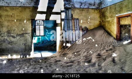 Intérieur de la maison en ruines dans la ville fantôme Kolmanskop