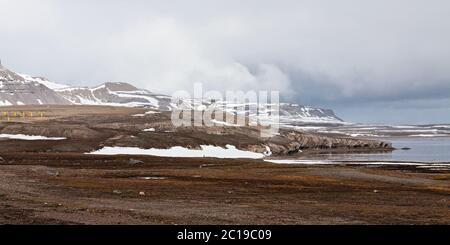 Paysage de montagne et une parabole à Ny Alesund, îles Svalbard