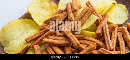 Bannière de nourriture et d'en-cas, délicieux chips de pommes de terre et biscuits salés de pain de seigle gros plan. Banque D'Images