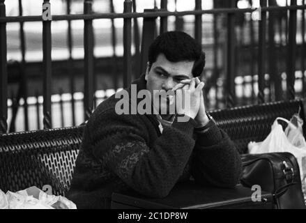 Un pensif POW irakien attend son train à la gare de Salisbury. Un groupe venait d'être libéré du camp de Rollestone sur la plaine de Salisbury, dans le Wiltshire, au Royaume-Uni. 6 mars 1991 Banque D'Images
