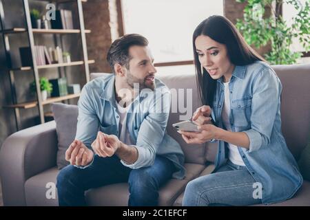 Le miel vous a tout mal compris. Deux personnes épouses femme utiliser smartphone recherche sms point doigt écran Scream homme expliquer n'ont pas une autre fille Banque D'Images