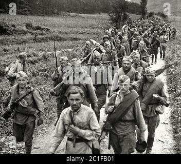 Soldats soviétiques en marche dans le nord de la Corée en octobre 1945. Le Japon avait gouverné la péninsule coréenne pendant 35 ans, jusqu'à la fin de la Seconde Guerre mondiale A