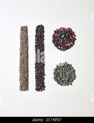 Résumé nourriture modèle géométrique avec des épices naturelles biologiques - diverses sortes de poivre, herbe de carvi isolée sur un backgrou blanc Banque D'Images
