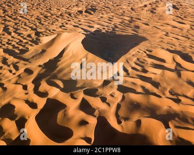 Vue aérienne sur les grandes dunes de sable dans le désert