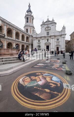 Le peintre de rue fait de magnifiques peintures à la craie avec des scènes bibliques sur la place devant la basilique della Santa Casa à Loreto, en Italie Banque D'Images