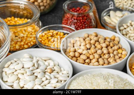 Bols en céramique blanche avec assortiment de grains sur la table de cuisine Banque D'Images