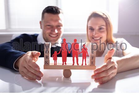 La protection du travail et de la vie de couple avec des chiffres sur l'équilibre de la famille bascule sur 24 Banque D'Images