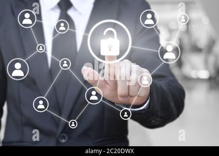 Homme d'affaires main appuyant sur l'icône de déverrouillage sur l'écran virtuel pour la connexion réseau. Concept de communication globale dans les affaires.