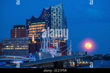Elbphilharmonie Hambourg au crépuscule - salle Philharmonique d'Elbe - Elbi - salle de concert de Hambourg - architecte Herzog & de Meuron - 2017. Banque D'Images