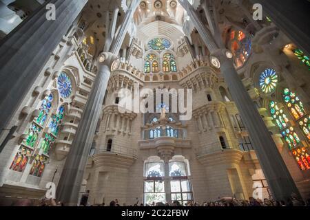 Intérieur de la basilique de la Sagrada Familia, conçu par Antoni Gaudi, son œuvre fait partie du site classé au patrimoine mondial de l'UNESCO, Barcelone, Espagne