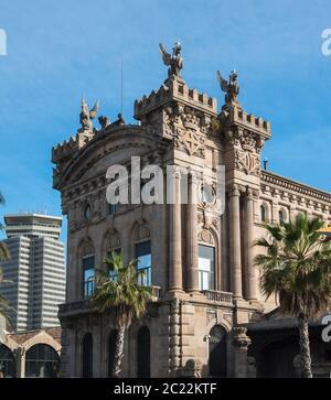 Le bâtiment catalan Port Vell Landmark est un port en bord de mer et fait partie du port de Barcelone, en Espagne Banque D'Images