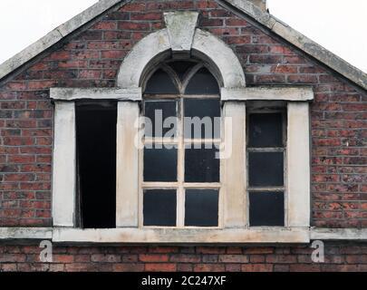 Fenêtres brisées dans un ancien bâtiment abandonné et abandonné du commerce avec cadre et toit en pierre à briques, Halifax, angleterre Banque D'Images