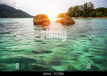 Lever de soleil sur la mer à North point Beach, Koh Lipe , Thaïlande