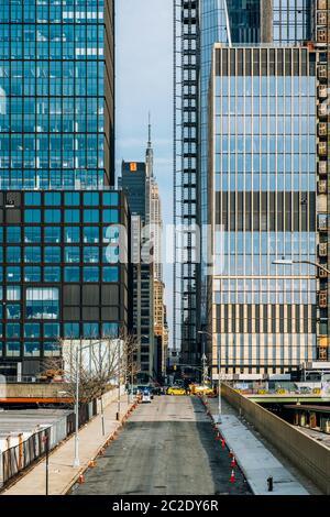 Vue sur la rue des jardins d'Hudson et Empire State Building en arrière-plan dans le centre-ville de New York