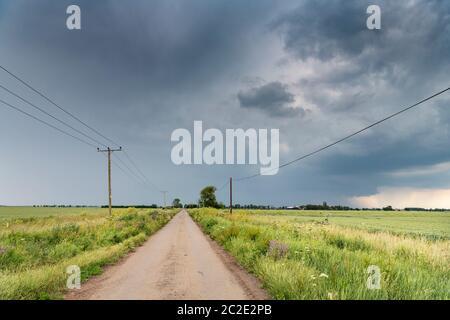 Long conduit, Haddenham, Cambridgeshire, Royaume-Uni. 17 juin 2020. Les nuages qui approchent de l'orage menacent le paysage agricole plat des Fens. Le temps a été chaud et humide avec un mélange de périodes ensoleillées et d'orages avec de lourds averses de pluie. Des conditions météorologiques similaires sont prévues pour les prochains jours. Crédit : Julian Eales/Alay Live News