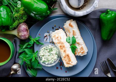 Petit déjeuner végétalien. Manger sainement avec des légumes verts