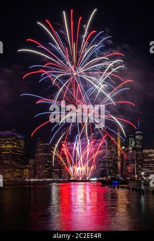Spectacle de feux d'artifice du 4 juillet de Macy's Independence Day sur la rivière est avec vue panoramique de Lower Manhattan Banque D'Images