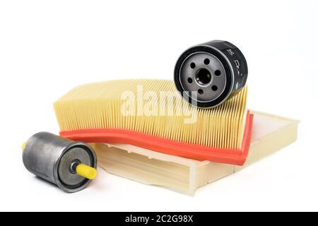 Pièces de rechange pour voiture. Filtre à huile, filtre à air, filtre à carburant et filtre habitacle sur un fond blanc. Banque D'Images