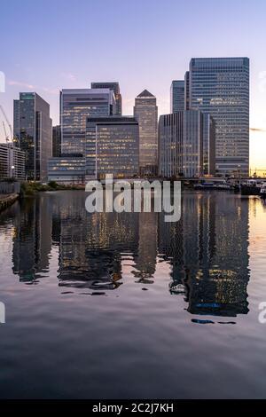 Bâtiment à l'horizon de Canary Wharf à Londres Royaume-uni crépuscule coucher du soleil