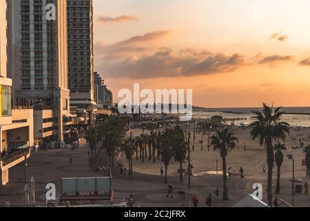 Tel Aviv/Israël-8/10/18: Touristes marchant sur la promenade de Lahat et la plage de Gordon en Golden Hours au coucher du soleil. La promenade de tel Aviv longe le Mediter Banque D'Images
