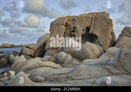 Les roches de granit particulier modelé et sculpté par la mer et le mauvais temps sur la côte sud de la Sardaigne. Location Punta Molentis Banque D'Images