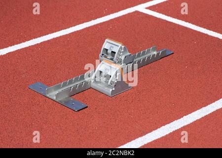 Blocs de départ Athlétisme Course sur piste rouge Banque D'Images
