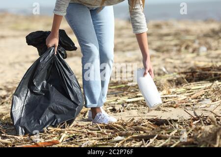 Gros plan sur un volontaire nettoyage d'une plage sale collecte des plastiques après la tempête Banque D'Images