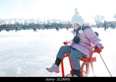 Bonne petite fille jouant à la patinoire