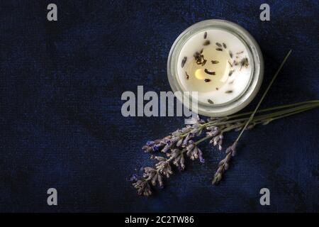 Bougie parfumée à la lavande, photo de haut sur fond sombre avec un endroit pour le texte. Concept de Noël sans gaspillage, fait à la main Banque D'Images