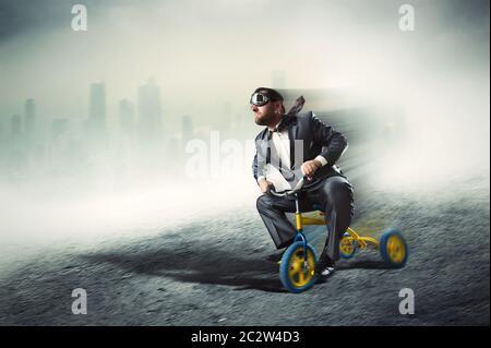 Étrange businessman riding un petit vélo contre dark city