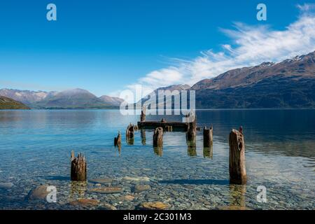 Jetée décadée, anciennes poteaux en bois dans le lac Wakatipu, près de Glenorchy, Otago, Île du Sud, Nouvelle-Zélande Banque D'Images