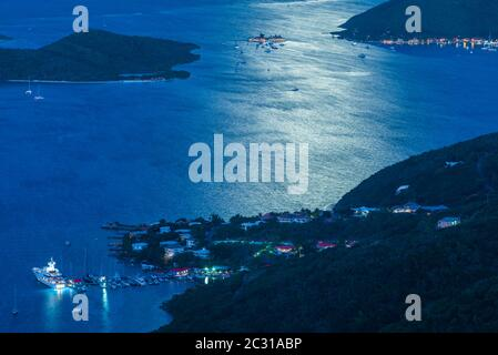 Vue panoramique sur la côte au crépuscule, Leverick Bay, Virgin Gorda, îles Vierges britanniques Banque D'Images