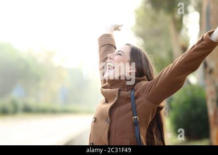 Heureux happy woman wearing jacket Célébrons les succès en hiver dans un parc