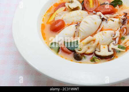 Soupe épicée aux calmars et aux citronniers avec champignons, tomates et herbes Banque D'Images